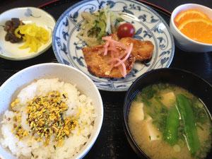 5/17 豆腐と絹さやのみそ汁、玉子のふりかけご飯、鶏肉のきじ焼き、ゴマもやし、オレンジ、つけもの