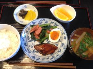 5/31 大根と人参と三つ葉のみそ汁、かつおの生姜煮、小松菜とソーセージのバター醤油炒め、半熟卵、お新香、オレンジ