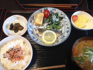 7/3 薩摩汁、アジの塩焼き、厚焼き玉子、ほうれん草のしらす和え、プチトマト、つけもの、パイナップル&チェリー