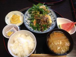 6/14 大根と人参のみそ汁、舞茸ソースの豆腐ステーキ、焼き油揚げと水菜の和え物、納豆、たくあん、スイカ