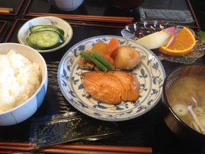 4/16 あさりのみそ汁、生シャケの醤油漬け焼き、肉じゃが、きゅうりの漬物、リンゴ+デコポン