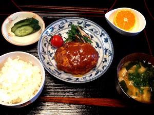 10/23 わかめと油揚げの味噌汁、豆腐ハンバーグ、ほうれん草と椎茸のソテー、きゅうりの漬物、プチトマト、みかん