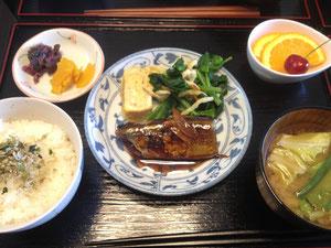 5/8 キャベツのみそ汁、秋刀魚の生姜煮、昆布ちりめんのせごはん、厚焼き玉子、ほうれん草と焼き油揚げ和え、オレンジとチェリー、たくあんとしば漬け