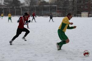 Kräfteraubendes Trainingsspiel mit Schneepanorama