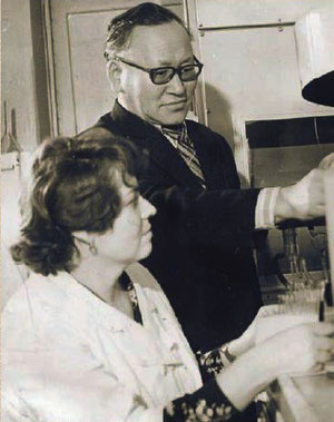 А.Ф. Абрамов и лаборантка А. Московских в лаборатории ЯНИИСХ (1975 г)