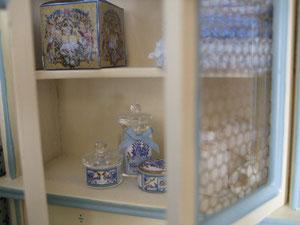 los tarritos de cristal son de Syreetas Miniatures