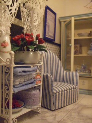 La vitrina y el sillón venían acompañando el primer fascículo de un coleccionable de casas de muñecas