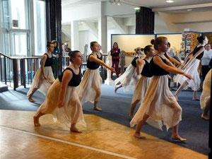 Participation des élèves des ajoncs d'or de saint nolff aux talents de femmes