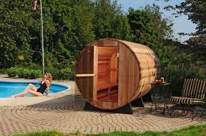 Sauna de exterior con caldera a leña anexa a piscina.
