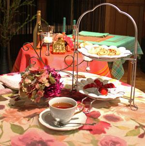 花柄の新作テーブルクロスを用いたコーディネートと紅茶
