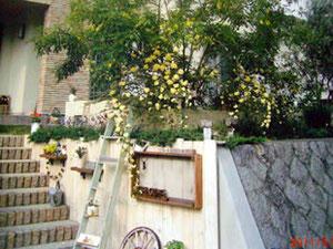 小野原西3丁目  モッコウバラに手作りのおしゃれな 小物が満載のお庭