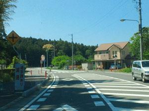 カーブミラーのある交差点