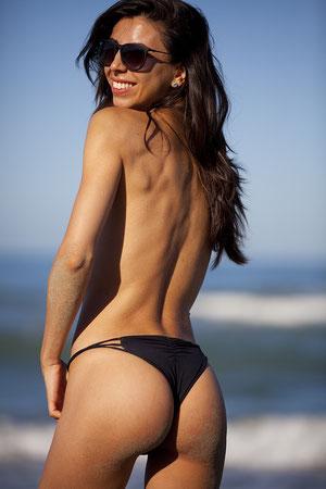 Eine Frau am Strand zeigt ihre Bikini-Figur (Foto: Pixabay)