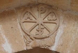 Dextera domini y Crismón en Santa María de Irache, Navarra
