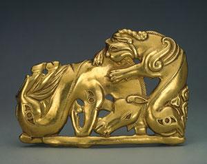 Broche de cinturón con ataque de un monstruo a un caballo, S IV A.C. Con un complejo significado sagrado y lenguaje figurativo.Los escitas enterraban a sus muertos con sus pertenencias.