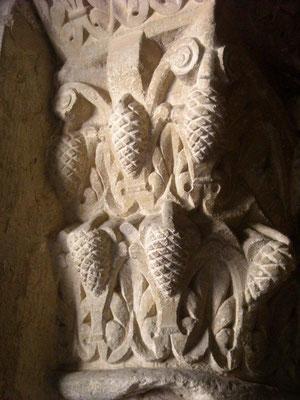 Detalle de piñas simbolizando el bien en un capitel de la Colegiata de San Isidoro de León