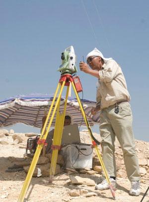 エジプトサッカラ遺跡「階段ピラミッド」調査で測量中