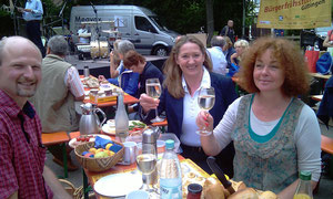 Die Kulturpforte Göttingen präsentiert sich mit Holunderschorle beim Bürgerfrühstück 2012
