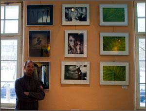 Carsten vor seinen Fotos bei der Ausstellung