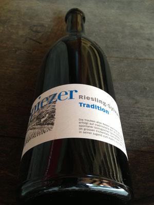Spiezer Tradition Flasche mit Surbeck-Motiv.