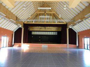 La scène et la piste de danse de la salle de spectacles