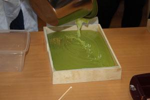 coulage du savon dans un moule