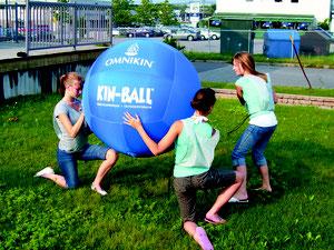 Ballon Omnikin de kinball pour l'extérieur. Ballon omnikin bleu, solide et pas cher. Ballon de kin-ball pour jouer dehors.
