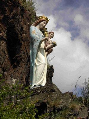 Die Madonna in der Brauselay vor der Restaurierung. Am 29.05.2010 wurde sie erfolgreich von THW und DRK aus dem Fels geborgen. Mehr unter Projekt Madonna.