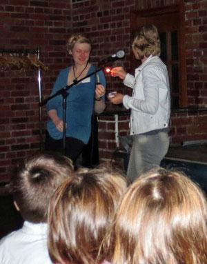 Ein Lied und eine Kerze für das Geburtstagskind Mirka Reef / Leiterin der Stadtbücherei