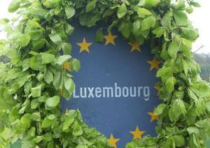 Ueberall in Luxemburg wurden Maikränze gemacht.......