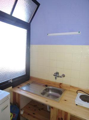 Küche mit Fenster im Apartment zur Langzeitmiete in der Innenstadt
