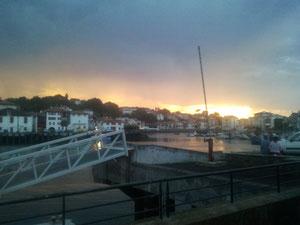 Coucher de soleil derrière le port de Saint Jean de luz