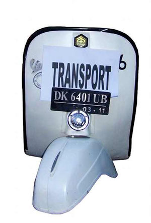 Vespa mit Schild: Transport