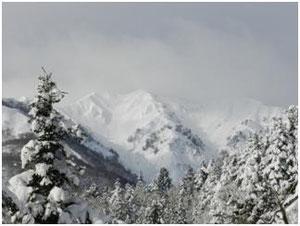 <野谷荘司山へのとっつき=トヨタ自然学校の脇。右端の<野谷荘司山に連なる妙法山(1,775m)辺り>