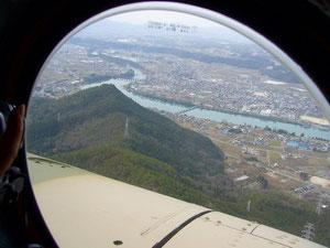 私の町の上空です。自衛隊さんの体験ヘリコプターに乗せてもらいました。