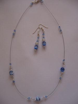 """Modèle 17 : longueur 49 cm, perles rondes """"oeil de chat"""", toupies swarowski : 10 euros l'ensemble. VENDU."""
