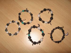 Bracelets : hématites, pierres de lave, cristal de roche, turquoises, obsidiennes : 8 euros. VENDUS.