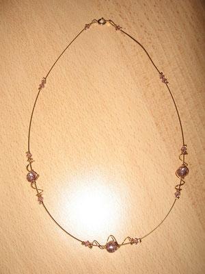 Modèle 17 : longueur 45 cm, perles rondes pailletées, toupies swarowski, câble doré : 8 euros. VENDU.