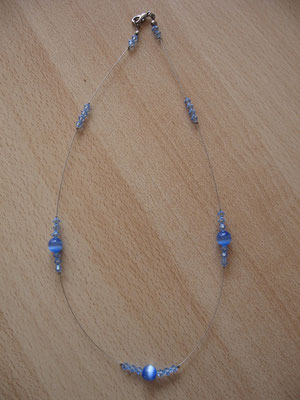 """Modèle 41 : longueur 47 cm, toupies swarowski, perles rondes """"oeil de chat"""" : 7 euros. VENDU."""
