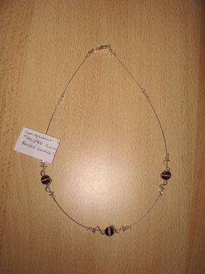 """Modèle 17 : longueur 44 cm, toupies swarowski, perles rondes """"oeil de chat"""" : 8 euros. VENDU."""