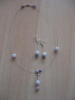 Modèle 11 : parure shamballa : longueur du collier 46 cm, toupies swarowski : 12 euros. VENDU.