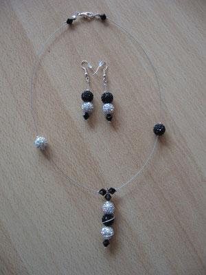 Modèle 12 : parure shamballa : longueur du collier : 42 cm, toupies swarowski : 18 euros. VENDU.