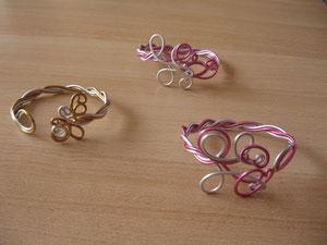Bracelets en fil d'aluminium : 5 euros. Les 2 rose/argent sont vendus. VENDUS.