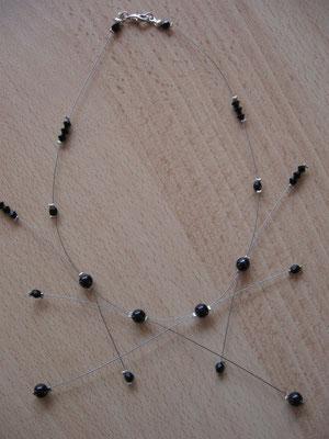 Modèle 19 : longueur 39 cm, toupies et facettes swarowski, perles rondes noires : 6 euros.