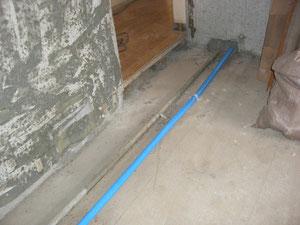 隣の部屋の床下の配管
