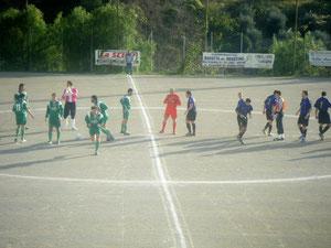 Le squadre schierate a metà campo