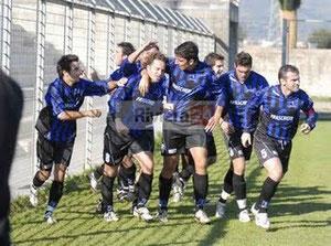 G. Bella festeggiato dopo il gol del vantaggio