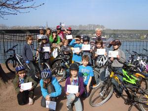 Klasse 4 mit Herrn König nach dem ADAC-Fahrradturnier