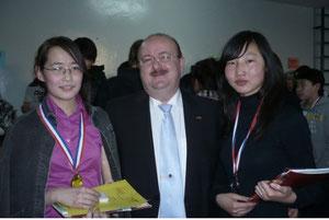 Bujinlkham Ulambayar (links, Goetheschule) und Bayarmaa Khosbayar (rechts, Alexander-von-Humboldt-Schule)
