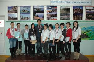 DO 2011: Unsere glückliche Medaillen-Elf: Schüler der Klassen 7 bis 11 freuen sich über Gold, Silber und Bronze!